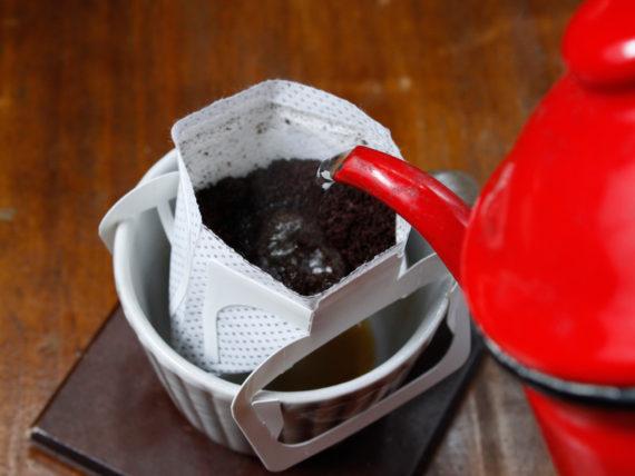 コーヒーにお湯を注いでいきます