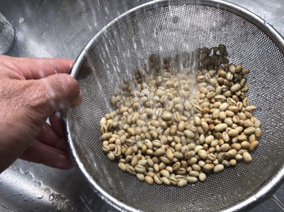 生豆は水洗いします
