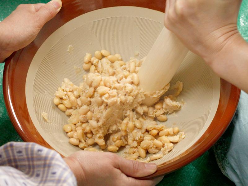 大豆をすり潰します